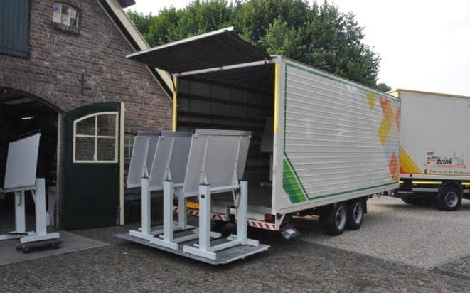 Uitladen vrachtwagen van Van denk Brink Werkplektechniek